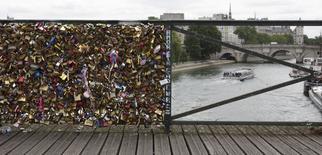 Cadeados são retirados de ponte em Paris.  1/6/2015.  REUTERS/Philippe Wojazer