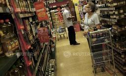 Cliente checa preços em supermercado de São Paulo 10/01/2014.  REUTERS/Nacho Doce