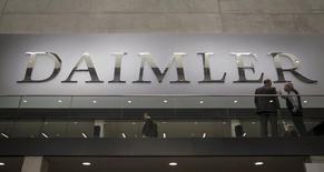 Dieter Zetsche, le président du directoire de Daimler, a déclaré jeudi que la hausse des ventes des modèles les plus rentables de la gamme Mercedes devrait permettre au groupe de réaliser au deuxième trimestre des résultats supérieurs à ceux du premier. /Photo prise le 1er avril 2015/REUTERS/Hannibal Hanschke