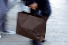 """LVMH, en hausse de 2,1% à 12h20 à la Bourse de Paris, signe la meilleure performance de l'indice CAC 40 (+0,67%) après la publication d'une note favorable au géant français du luxe par JPMorgan, qui a relevé son conseil sur le titre de """"neutre"""" à """"surpondérer"""". /Photo d'archives/REUTERS/Philippe Wojazer"""