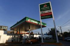 Un vehículo junto a una bomba de bencina en una estación Pemex en Ciudad de México, 13 de enero de 2015. La petrolera estatal mexicana Pemex dijo el miércoles que realizó unos de sus mayores descubrimientos en años al anunciar hallazgos de hidrocarburos en aguas someras del Golfo de México que podrían llegar a producir 200,000 barriles de crudo por día (bpd) para el 2018. REUTERS/Edgard Garrido