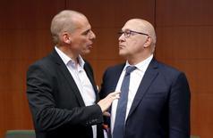 El ministro de Finanzas griego, Yanis Varoufakis (izqda.), habla con su contraparte de Francia, Michel Sapin, durante una reunión de ministros de finanzas de la euro zona, en Bruselass, Bélgica, 11 de mayo de 2015. Nadie puede permitirse un fracaso en las largas conversaciones por el rescate de Grecia, dijo el jueves el ministro de Finanzas francés Michel Sapin, anticipando que se hará un avance considerable en los próximos días. REUTERS/Francois Lenoir
