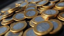 Monedas de Real Brasileño, en una ilustración tomada en Río de Janeiro, 15 de octubre de 2010. La moneda brasileña se debilitaba más de un 1 por ciento el jueves luego que en la víspera el Banco Central anunció que reducía sus medidas de apoyo al real. REUTERS/Bruno Domingos