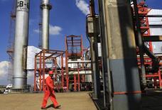 Un trabajador en una refinería en Tula, México, nov 21 2013. La actividad industrial de México se contrajo en abril frente al mes previo debido principalmente a un derrumbe de la extracción de petróleo y gas, que contrastó con un sobresaliente desempeño del vital sector manufacturero, según cifras oficiales divulgadas el jueves. REUTERS/Henry Romero