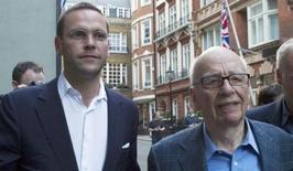 Rupert Murdoch, 84 ans (à droite), directeur général de la Twenty-First Century Fox, s'apprêterait à démissionner et à désigner son fils James (à gauche) pour lui succéder,  /Photo d'archives/REUTERS/Olivia Harris
