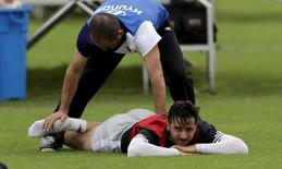 Atacante Claudio Pizarro, da seleção do Peru, faz alongamento durante treino da equipe em Lima. 30/05/2015 REUTERS/Mariana Bazo