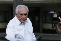 O ex-chefe do FMI, Dominique Strauss-Kahn, entra no carro ao sair do apartamento em Paris. 12/06/2015 REUTERS/Gonzalo Fuentes