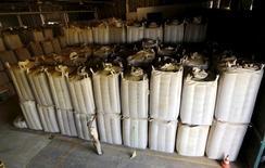 Funcionário perto de sacas de grãos de café para exportação em fábrica, em Espírito Santo do Pinhal. 08/04/2015 REUTERS/Paulo Whitaker