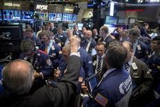 Operadores trabajando en la Bolsa de Nueva York, 12 de mayo de 2015. Las acciones en Estados Unidos caían el viernes en una sesión opaca y recortaban su avance semanal, ante un retroceso en las negociaciones por la deuda de Grecia y por la mayor posibilidad de que Estados Unidos suba sus tasas de interés en septiembre. REUTERS/Brendan McDermid