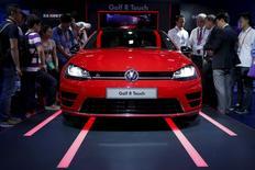 Los asistentes miran el auto Volkswagen Golf R Touch, durante la Feria Internacional de Consumidores Electrónicos, en Shanghái, 25 de mayo de 2015. Las ventas del grupo Volkswagen cayeron por segundo mes consecutivo en mayo y a un ritmo más rápido que en abril, lo que resaltó las dificultades de la fabricante automotriz en los débiles mercados emergentes. REUTERS/Aly Song