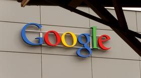 """Google a annoncé vendredi le lancement d'une plateforme de diffusion de parties de jeux vidéos en direct, """"YouTube Gaming"""", qui vient concurrencer Twitch, le pionnier du secteur racheté en août dernier par Amazon pour 970 millions de dollars (861 millions d'euros). /Photo d'archives/REUTERS/Arnd Wiegmann"""
