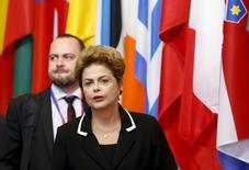 """La presidenta brasileña Dilma Rousseff, en Bruselas, 11 jun, 2015. La presidenta brasileña, Dilma Rousseff, dijo que está """"bastante angustiada"""" por la creciente tasa de inflación del país, y que su gobierno haría """"lo posible y lo imposible"""" para contener el avance de los precios. REUTERS/Francois Lenoir"""