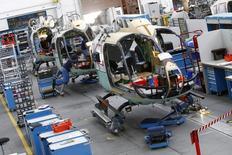 Chaîne de montage d'hélicoptère Airbus. Airbus Helicopters devrait annoncer mardi au salon du Bourget son intention de lancer les études détaillées d'un nouvel hélicoptère civil, le X6, destiné à remplacer son modèle Super Puma H225. /Photo d'archives/REUTERS/Michaela Rehle