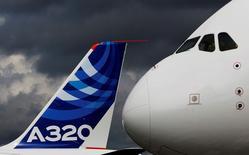 Saudi Arabian Airlines devient client de lancement d'une nouvelle version de l'Airbus A330 et a également acheté d'autres A320, a annoncé lundi Airbus à l'occasion du salon aéronautique du Bourget. La compagnie aérienne saoudienne achète 20 A330-300 Regional et 30 A320ceo. /Photo d'archives/REUTERS
