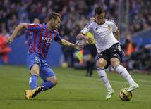 Atacante do Valencia Rodrigo Moreno (direita) e Ivan Lopez, do Levante, em Valencia. 23/11/2014 REUTERS/Heino Kalis