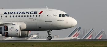 """Air France a annoncé lundi engager une procédure en référé contre le Syndicat national des pilotes de ligne (SNPL France Alpa), majoritaire au sein de la compagnie aérienne, dans le but d'obtenir la mise en oeuvre chez les pilotes des mesures prévues dans le cadre du plan de restructuration """"Perform 2015"""". /Photo prise le 8 avril 2015/REUTERS/Gonzalo Fuentes"""