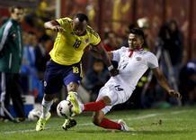 Camilo Zuñiga, da Colômbia (esquerda), em disputa de bola com Deyver Vega, da Costa Rica, em amistoso antes da Copa América, em Buenos Aires, na Argentina. 06/06/2015 REUTERS/Enrique Marcarian