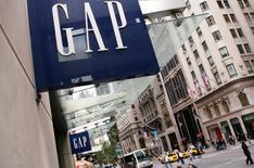 Магазин Gap в Нью-Йорке. 8 октября 2009 года. Продавец одежды Gap Inc сообщил, что закроет четверть специализированных магазинов в Северной Америке в течение нескольких лет, включая 140 в этом году, что потенциально может затронуть тысячи рабочих мест, на фоне проблем с продажами в одноименных магазинах. REUTERS/Lucas Jackson