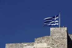 Флаг Греции на Афинском акрополе. 14 июня 2015 года. Греция и ее кредиторы закрепились на своих позициях в понедельник, после провала переговоров, направленных на предотвращение дефолта и возможного выхода страны из еврозоны. REUTERS/Kostas Tsironis