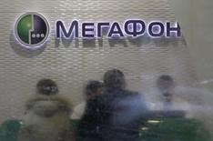 Салон Мегафона в Москве. 28 ноября 2012 года. Российские фондовые индексы балансируют во вторник вокруг сложившихся уровней без внятной динамики, а хуже рынка выглядят акции Мегафона, обновившие многолетний минимум. REUTERS/Sergei Karpukhin