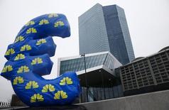 Una figura inflada del euro afuera de la nueva sede del Banco Central Europeo, en Fráncfort, 22 de enero de 2015. El programa OMT de compra de bonos del Banco Central Europeo es compatible con la legislación europea, según dictaminaron el martes jueces del Tribunal de Justicia Europeo. REUTERS/Kai Pfaffenbach