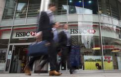 Trabajadores caminan junto a una sucursal del banco HSBC en el centro de Londres, 9 de junio de 2015. HSBC y JPMorgan mantienen conversaciones para trasladar parte de sus negocios desde Londres a Luxemburgo, ante la posibilidad de que Reino Unido decida salir de la Unión Europea, reportó el diario Times. REUTERS/Neil Hall