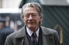 """El actor John Hurt llega a un memorial para el actor y director Richard Attenborough en la Abadía de Westminster, en Londres, 17 de marzo de 2015. El actor británico John Hurt, de 75 años y que participó en películas como """"The Elephant Man"""" y """"Alien"""", reveló el martes que le diagnosticaron cáncer de páncreas pero dijo que pretende seguir trabajando. REUTERS/Suzanne Plunkett"""