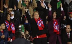 Presidente chilena, Michelle Bachelet (centro), em partida da seleção do Chile contra o Equador em Santiago pela Copa América. 11/06/2015 REUTERS/Henry Romero