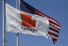 A flag with the Takata logo flies alongside a U.S. flag outside Takata corporation in Auburn Hills, Michigan May 20, 2015. REUTERS/Rebecca Cook