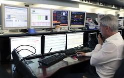 Un operador observa unos monitores en el centro de operaciones de bolsa del banco Unicredit en Milán, jun 13 2013. Los rendimientos de los bonos italianos, españoles y portugueses de disparaban el martes, en uno de los episodios más graves de contagio de la deuda europea desde el punto más álgido de la crisis del bloque.  REUTERS/Alessandro Garofalo