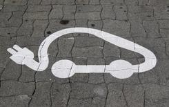 PSA Peugeot Citroën et le groupe Bolloré ont annoncé mercredi avoir signé un accord de partenariat stratégique dans les domaines de la voiture électrique et de l'autopartage. PSA distribuera également la Bluesummer, un cabriolet électrique de quatre places doté d'une autonomie de 200 km en cycle urbain et conçu par le groupe Bolloré. /Photo d'archives/REUTERS/Vincent Kessler