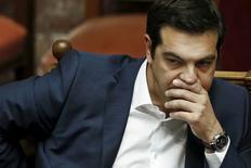 """Премьер-министр Греции Алексис Ципрас на сессии парламента в Афинах 5 июня 2015 года. Премьер-министр Греции Алексис Ципрас во вторник обвинил кредиторов Афин в попытке """"унизить"""" греков дополнительными сокращениями, не обращая внимания на все более грозные предупреждения о том, что Европа готовится к выходу его страны из зоны евро. REUTERS/Alkis Konstantinidis"""