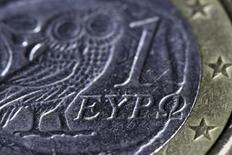 """Una moneda de un Euro al detalle, en esta ilustración fotográfica tomada en Atenas, 22 de marzo de 2015. El banco central griego advirtió el miércoles que el país podría ser colocado en un """"curso doloroso"""" hacia un impago de su deuda y una salida de la zona euro si el Gobierno y sus acreedores internacionales no logran llegar a un acuerdo de ayuda a cambio de reformas. REUTERS/Yannis Behrakis"""