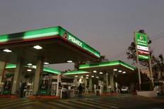 Una bencinera Pemex en Ciudad de México, 13 de enero de 2015. La petrolera estatal mexicana Pemex dijo el martes que inició el proceso de arranque de las unidades de la refinería de Salamanca, de 220,000 barriles por día, tras una parada ocurrida más temprano en el día por problemas de suministro eléctrico. REUTERS/Edgard Garrido