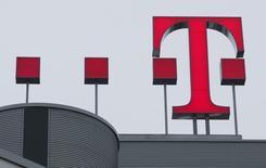El logo de Deutsche Telekom AG, fotografiado en la sede de Bonn, el 27 de febrero de 2009. Deutsche Telekom está en conversaciones con la compañía de cable estadounidense Comcast acerca de una venta potencial de T-Mobile US, informó el miércoles la revista alemana Manager Magazin, citando fuentes. REUTERS/Ina Fassbender
