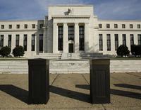 La croissance de l'économie américaine est modérée, après le coup de froid hivernal, mais sans doute suffisamment solide pour supporter une hausse des taux d'intérêt d'ici la fin de l'année, ont laissé entendre mercredi les responsables de la Réserve fédérale. /Photo prise le 28 octobre 2014/REUTERS/Gary Cameron