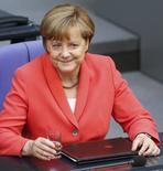 La canciller alemana Angela Merkel dijo el jueves que aún es posible que Grecia llegue a un acuerdo con sus acreedores internacionales -la Unión Europea, el Fondo Monetario Internacional y el Banco Central Europeo-. En la imagen, Angela Merkel asiste a una sesión del parlamento alemán en el Bundestag en Berlín, Alemania, el 18 de junio de 2015. REUTERS/Hannibal Hanschke