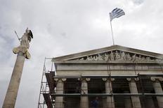 """La """"insistencia ciega"""" en la reducción de las pensiones griegas sólo empeorará la ya grave crisis financiera del país, dijo el jueves el primer ministro griego, Alexis Tsipras, en una columna de un diario alemán. En la imagen de archivo, trabajadores retiran andamios del edificio de la Academia de Atenas junto a una estatua de la diosa Atenea en Atenas el 23 de marzo de 2015. REUTERS/Alkis Konstantinidis"""