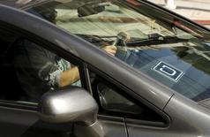 El logo de la compañía Uber, en un vehículo en San Francisco, California, 7 de mayo de 2015. El servicio de transporte Uber está abierto a ser regulado en la Ciudad de México, dijo el miércoles una portavoz de la compañía, que busca cimentar su rápido crecimiento en una de los mercados más grandes del continente. REUTERS/Robert Galbraith