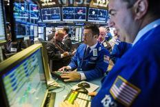 La Bourse de New York a ouvert en hausse jeudi, après avoir entendu la Réserve fédérale dire que la reprise de l'économie américaine pourrait être suffisamment solide pour permettre une hausse des taux d'intérêt avant la fin de l'année. L'indice Dow Jones gagne 0,23% à l'ouverture, le Standard & Poor's 500 progresse de 0,27% et le Nasdaq Composite prend 0,37%. /Photo prise le 17 juin 2015/REUTERS/Lucas Jackson