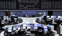 Operadores trabajando en la Bolsa de Fráncfort, 18 de junio de 2015. La acciones europeas recuperaron algo de terreno el jueves gracias a una subida del sector minero, aunque la bolsa de Atenas tocó un mínimo de tres años ante la creciente preocupación por la crisis de deuda griega. REUTERS/Remote/Staff