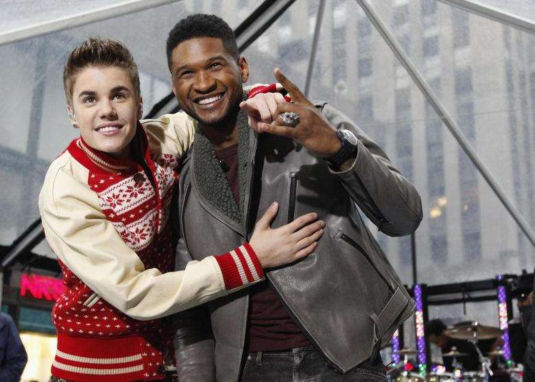 Singers Justin Bieber and Usher (R) pose together after performing on NBC's ''Today'' show in New York in this November 23, 2011, file photo.  REUTERS/Brendan McDermid/Files