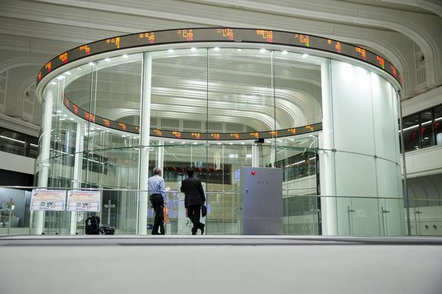 Visitors look at the Tokyo Stock Exchange (TSE) bourse in Tokyo June 11, 2015.  REUTERS/Thomas Peter