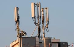 Les enchères pour les nouvelles fréquences mises à la disposition des opérateurs de téléphonie mobile en Allemagne ont pris fin vendredi et se sont élevées au total à 5,08 milliards d'euros. /Photo d'archives/REUTERS/Eric Gaillard