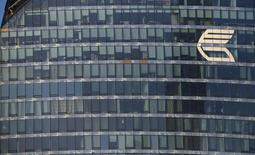 Логотип ВТБ на здании в Москве 20 ноября 2014 года. Второй по величине госбанк РФ ВТБ рассчитывает в 2015 году закрыть убытки первого квартала и выйти в ноль по чистой прибыли на фоне снижения ставок Центробанка и возобновления спроса на кредиты во втором полугодии, сказал в интервью Рейтер финансовый директор банка Герберт Моос. REUTERS/Maxim Zmeyev