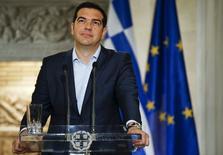 El primer ministro griego, Alexis Tsipras, durante una conferencia de prensa en Atenas, el 17 de junio de 2015. Los griegos retiraron más de 1.000 millones de euros de los bancos del país en un solo día, dijeron el viernes fuentes del sector, en momentos en que Grecia se acerca cada vez más a incumplir el pago de su deuda pese a declaraciones optimistas del primer ministro Alexis Tsipras. REUTERS/Paul Hanna