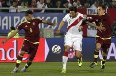 Rincon e Seijas da Venezuela tentando tirar a bola de Pizarro, capitão da seleção peruana.   18/06/2015   REUTERS/David Mercado