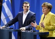 """La canciller alemana, Angela Merkel, y el primer ministro griego, Alexis Tsipras, durante una conferencia de prensa en Berlín, 23 de marzo de 2015. Alemania negociará con Atenas """"hasta el último minuto"""", dijo un aliado de la canciller alemana, Angela Merkel, a la radio alemana Inforadio el viernes, pero enfatizó que Grecia debe estar preparada para llevar a cabo reformas. REUTERS/Hannibal Hanschke"""