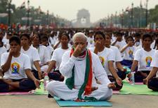 El primer ministro indio, Narendra Modi, lideró a decenas de miles de personas en una sesión de yoga en el centro de la capital el domingo para mostrar la enseña nacional de exportación cultural, lo que ha provocado críticas por fomentar divisiones sociales en el país. En la imagen, Modi durante la sesión de yoga el 21 de junio de 2015. REUTERS/Adnan Abidi