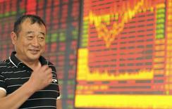Инвестор в брокерской конторе в Китае. 17 июня 2015 года. Азиатские фондовые рынки выросли благодаря надежде инвесторов, что Греция сможет избежать дефолта. REUTERS/China Daily